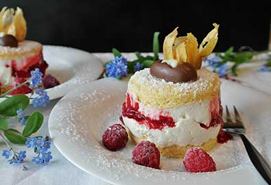 Genießen Sie ein Stück Kuchen im Cafe des Kurhaus Bad Hamm.