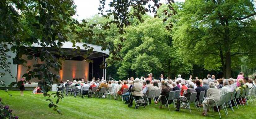 Der Kurparkmit seinem Musikpavillon grenzt direkt an das Kurhaus Bad Hamm.