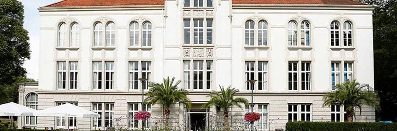 Das Kurhaus Bad Hamm im Frühjahr aus seitlicher Ansicht.